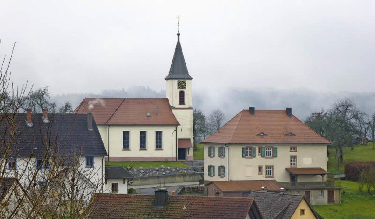 Zu dem Gesamtensemble von Pfarrkirche und Pfarrhaus gehört auch die Dorforgel.   | Foto: Karla Scherer