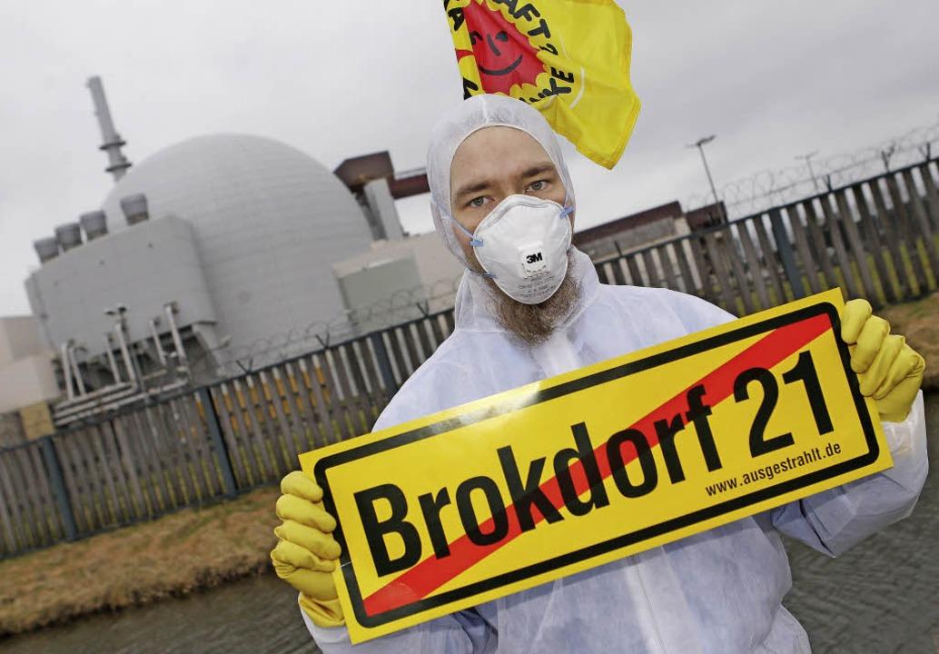 Protest vor Vattenfalls Akw Brokdorf, das 2021 vom Netz soll.   | Foto: dpa