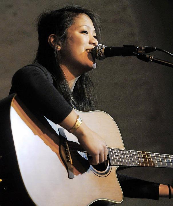 Linda Tang sang zu ihrer Gitarre.  | Foto: WOLFGANG KUENSTLE