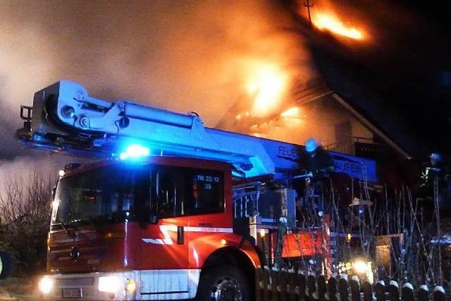 Großeinsatz in Münstertal – Feuer greift von Garage auf Wohnhaus über
