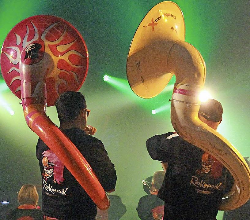 Guggemusiker mit Schlangentuba (links)...de Marienkäfer bei der Ebringer Party   | Foto: Frowalt Janzer