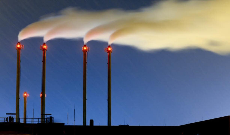 Wenn der Schornstein raucht, wird viel Kohlendioxid in die Luft geblasen.  | Foto: dpa
