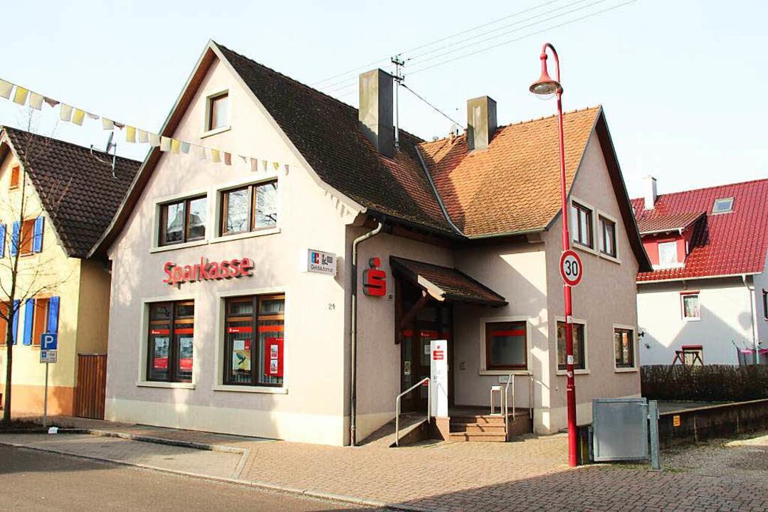 Schauplatz des Raubüberfalls vom frühe...n: Die Sparkassenfiliale in Gottenheim  | Foto: Horst David