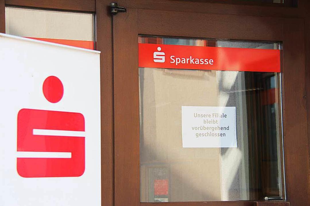 Die Sparkassenfiliale ist wegen der la...en. Ein Aushang informiert die Kunden.  | Foto: Horst David