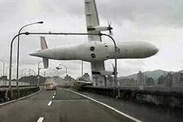 Flugzeug stürzt in Fluss in Taipeh – Mehrere Tote