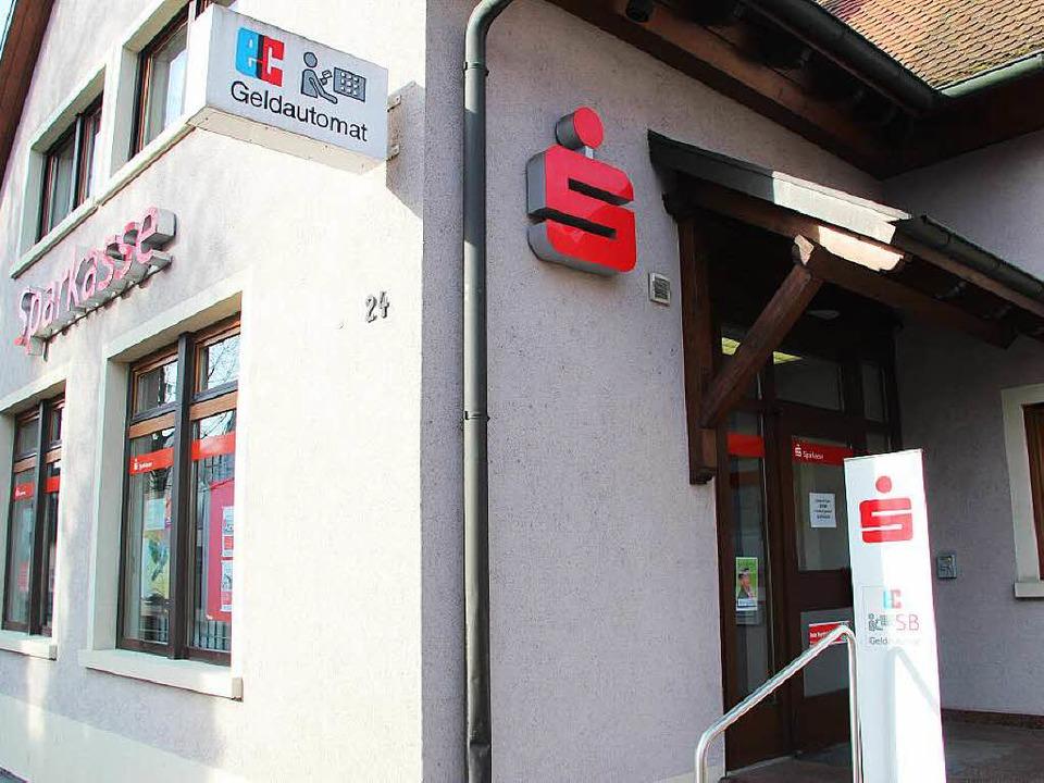 In Gottenheim wurde die Sparkasse an der Hauptstraße überfallen.  | Foto: Horst David