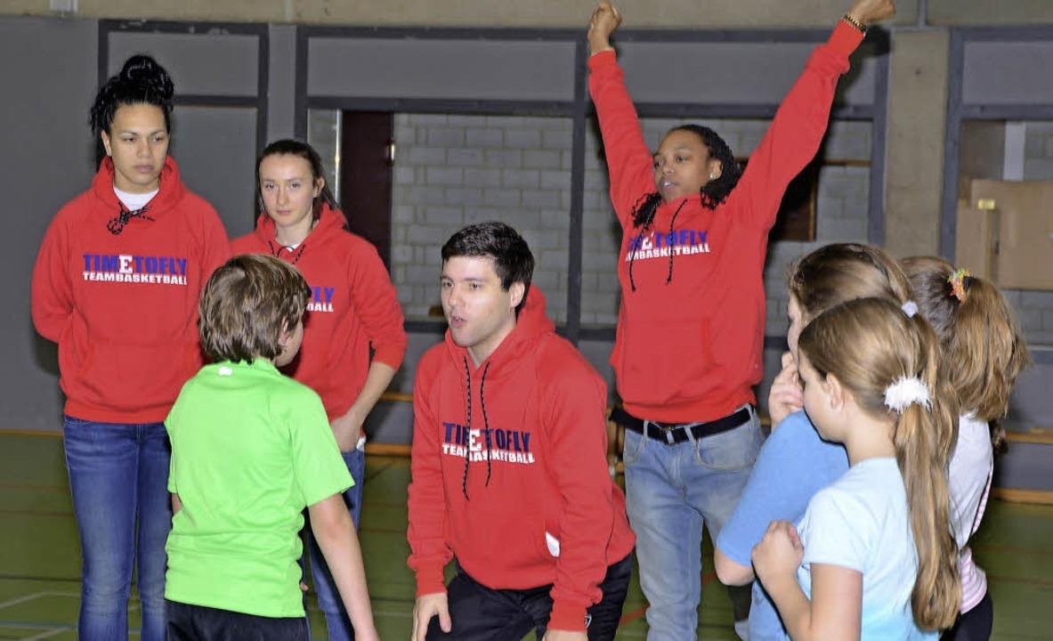 Spielerinnen des Basketball-Bundesligi...acher Realschülern ihren Sport näher.   | Foto: Hans-Jochen Voigt