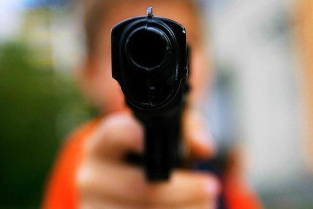 Schulverweis: Junge mit Pistole und Maske auf dem Hof unterwegs