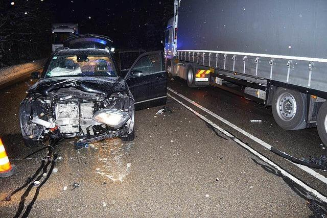 Sattelzug verliert Rad auf der B31 – Mercedes demoliert