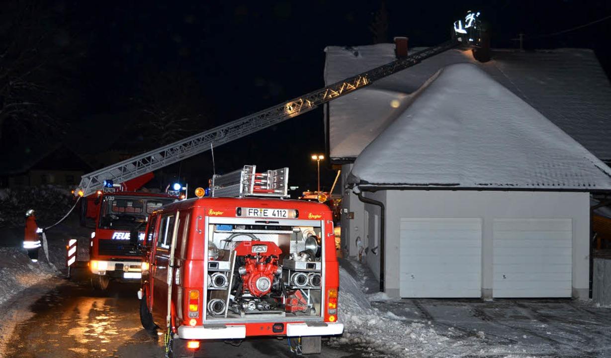 Mit der Drehleiter kontrollieren die Feuerwehrleute den Kaminbrand von oben.     Foto: Kamera 24