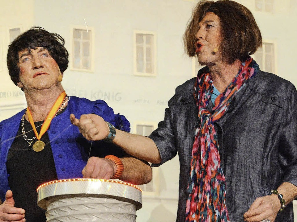 Am Poller: Hansi Gemp (Vreni Hirt), Andreas Glattacker (Gabi Schupp)  | Foto: Barbara Ruda