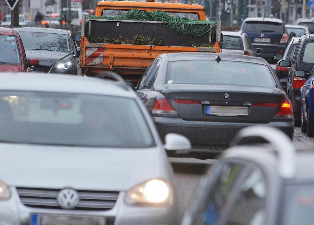 Verkehr mit Nebenwirkung: An vielen Lö... Ort soll der Lärmaktionsplan dienen.     Foto: Barbara Ruda