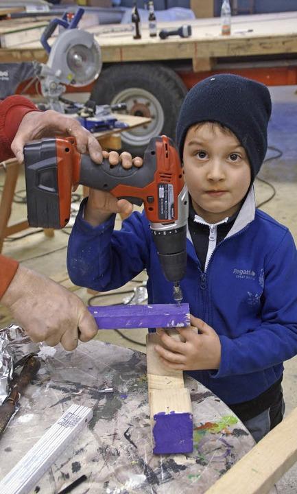 Früh übt sich, wer ein Wagenbauer werd...helfen schon die Kleinen kräftig mit.   | Foto: Verena Wehrle