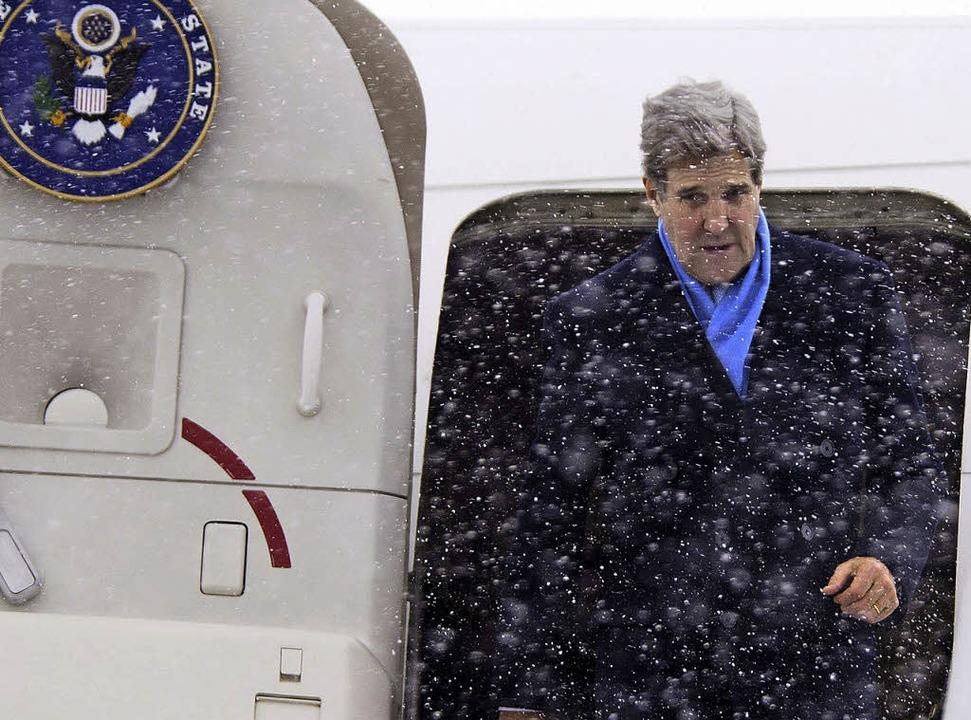 US-Außenminister John Kerry steigt am Donnerstag in Kiew aus dem Flugzeug.    Foto: AFP