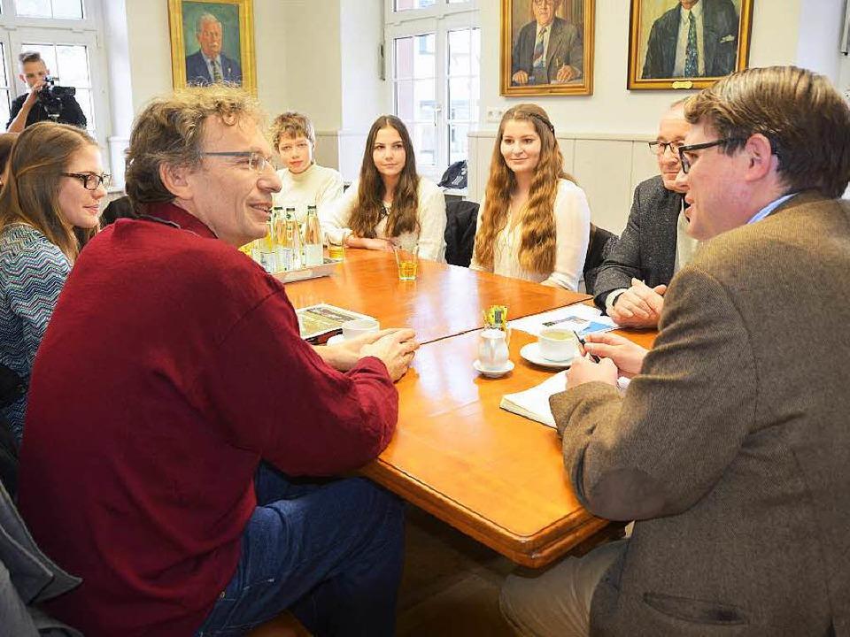 Das Musical-Team besucht Bürgermeister...verdeckt) und Musiklehrer Thomas Vogt.  | Foto: Peter Gerigk
