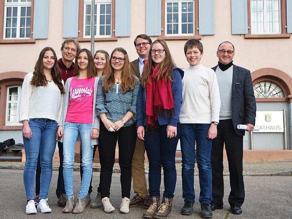 Die acht Schüler mit Thomas Vogt, Tobias Benz und Manfred Stratz vor dem Rathaus  | Foto: Peter Gerigk