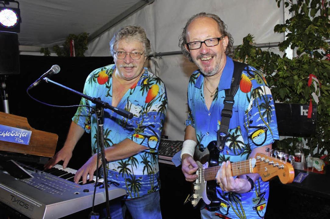 Stets im Hawaii-Hemd, die Bächlesörfer...Hack (rechts) und Günther Gassenbauer   | Foto: mario schöneberg