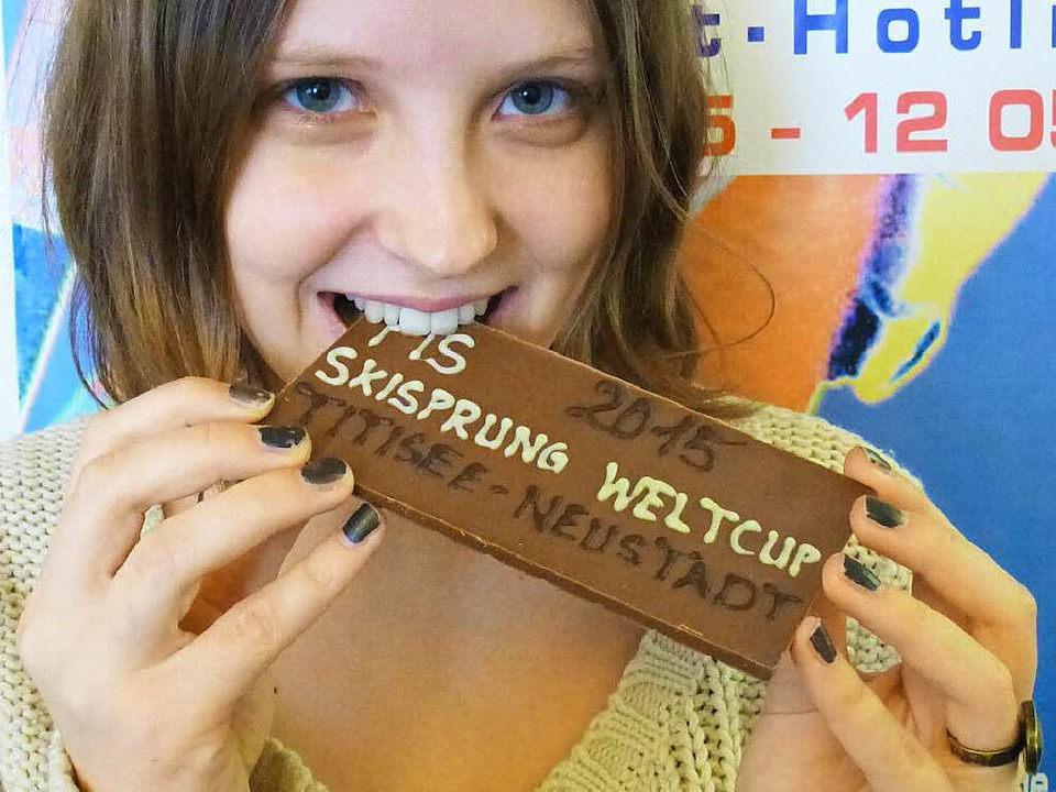 Weltcup zum Anbeißen: BZ-Mitarbeiterin... 300 Schokoladentafeln sind im Umlauf.  | Foto: Peter Stellmach