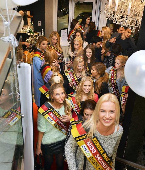 Ein Miss-Verhältnis der besonderen Art...Die Kandidatinnen reisten im Pulk an.   | Foto: Rita Eggstein