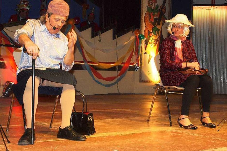 Die Elferräte Werner Fritz (l.) und Norbert Atzler haben als alte Damen ihre Vorstellungen, wer hilft, wenns zwickt. (Foto: Michael Haberer)