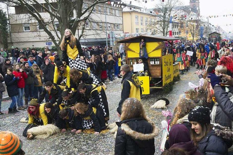 Ausgelassenes Treiben beim traditionellen Narrenumzug in Müllheim. (Foto: Volker Münch)