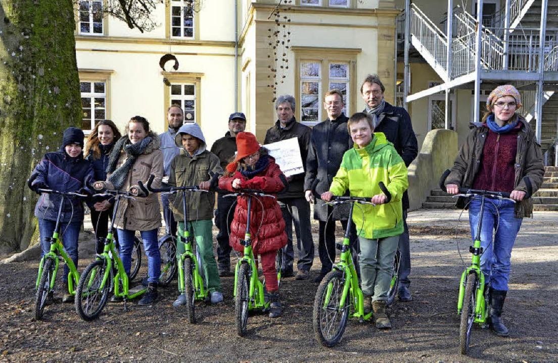 Große Freude herrschte bei der Übergab...e (hinten von links) freuten sich mit.  | Foto: Gerhard Walser
