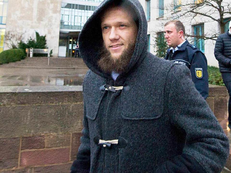 Der Islamisten-Prediger Sven Lau triff...t ein, wo er als Zeuge aussagen soll.   | Foto: DPA