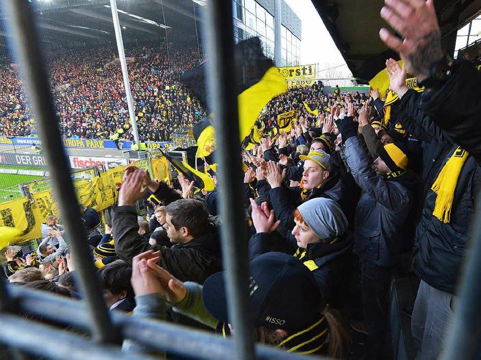 Wie im Käfig: Nicht nur beim Gästebloc...n die Fußballfans Verbesserungsbedarf.  | Foto: Rita Eggstein