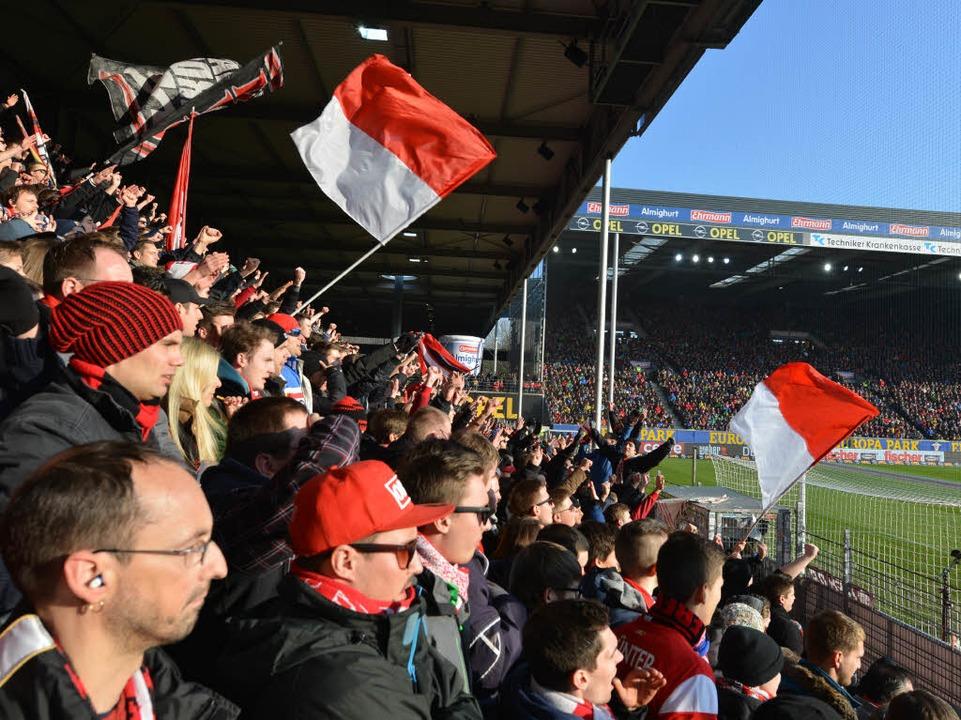 Noch ist das Stadion an der Dreisam die Heimstätte der SC-Anhänger.  | Foto: Rita Eggstein