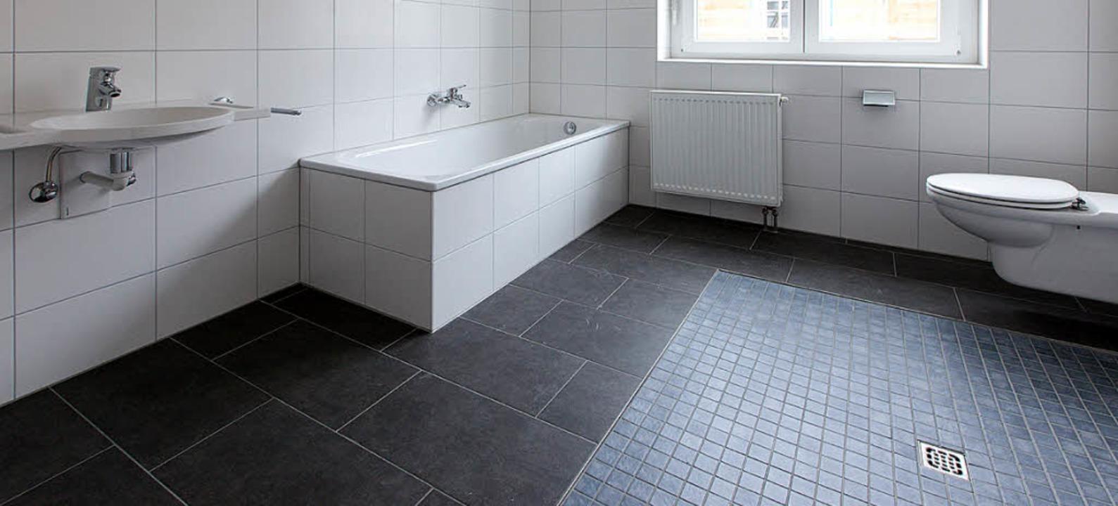 Ein rollstuhlgerechtes Bad mit absenkb... bläulichen Fliesen und dem Abfluss).   | Foto: Fotos: Gabriele Zahn