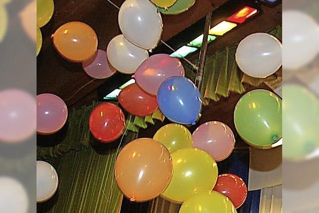 Warum der Luftballon an der Decke klebt