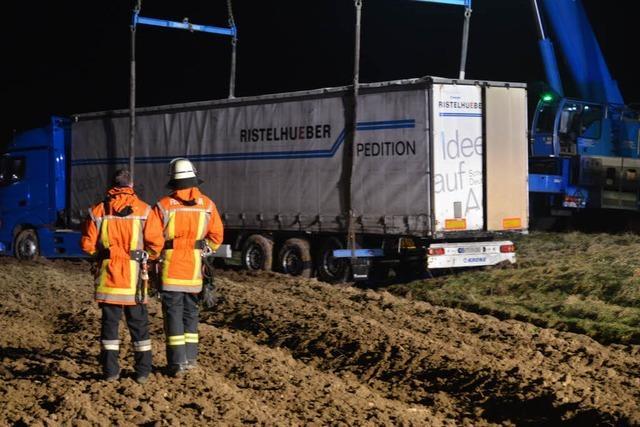 Fahrer bekommt Hustenanfall – Sattelzug fährt sich im Acker fest