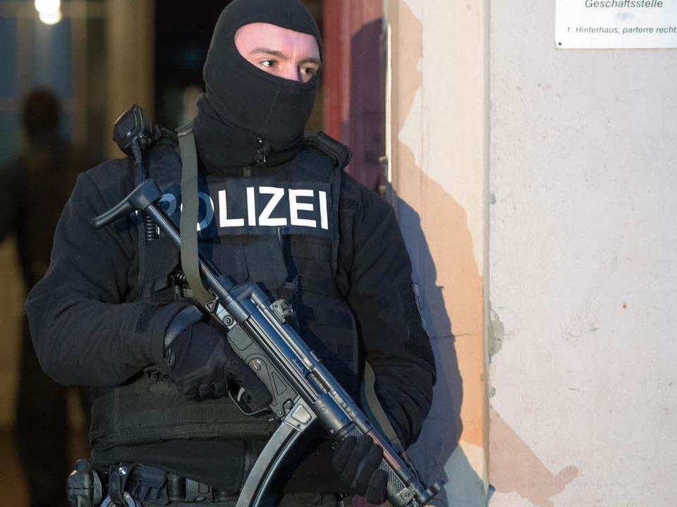 Die Polizei hatte mehrere Wohnungen durchsucht (Symbolfoto).  | Foto: dpa