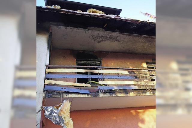 Feuer auf Balkon greift aufs Dach über