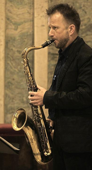 <Text>Holger Rohn rahmte mit dem Saxop...f besondere Art und Weise ein. </Text>    Foto: Wolf-Wilhelm Adam