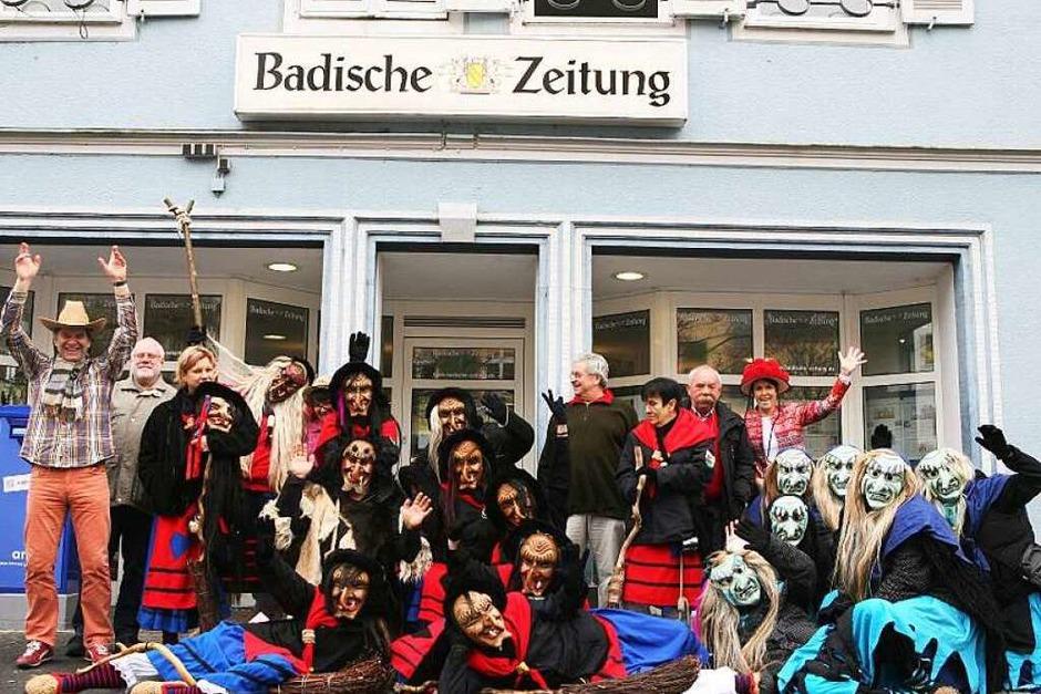 Lahrer Galgenberghexen und Eiszäpfle waren zu Besuch in der Lahrer BZ-Redaktion. (Foto: Bastian Henning)