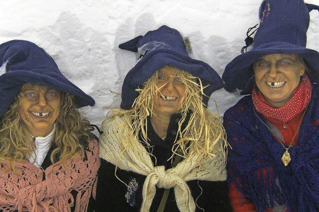 Als Hexen verkleidete Wintersportler gratis Liftpass auf dem Feldberg