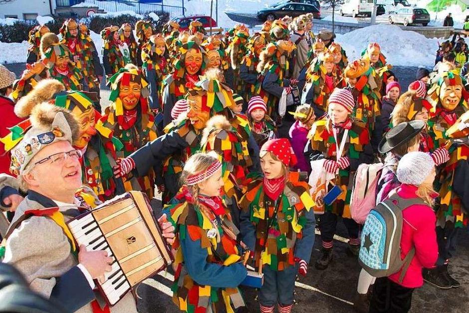 Die Schüler in Grafenhausen wurden von ihrem Joch befreit, für Stimmung sorgte die Guggenmusik Studähaaghüüler aus Brenden (Foto: Chris Seifried)