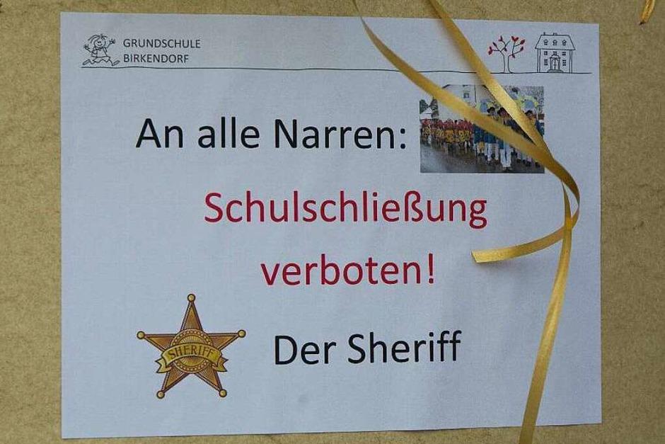 Schmutzige Dunschdig: Ob die Birkendorfer Narren das Schild beachten? (Foto: Wilfried Dieckmann)