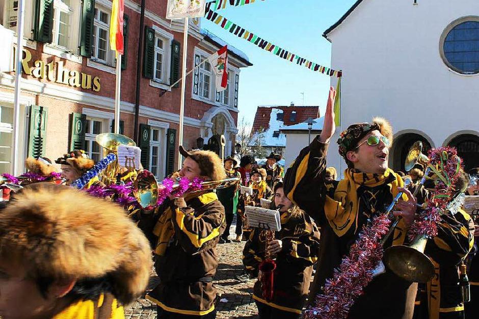 Stadtmusik Lenzkirch spielt für die neuen Machthaber auf. (Foto: Dennis Wipf)