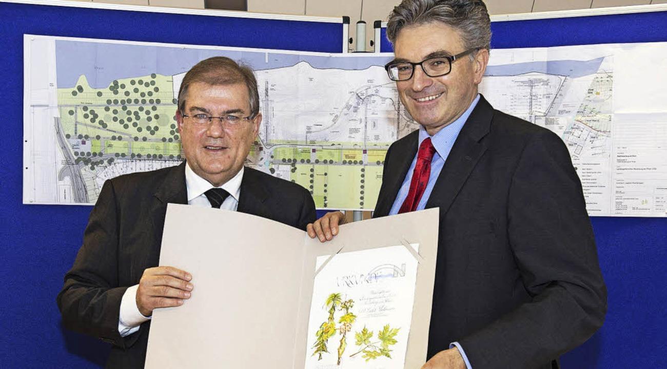 Dieter Salomon (rechts) wurde von Bürg...r zum  Paten des  Spitzahorns ernannt.  | Foto: Julia Jacob