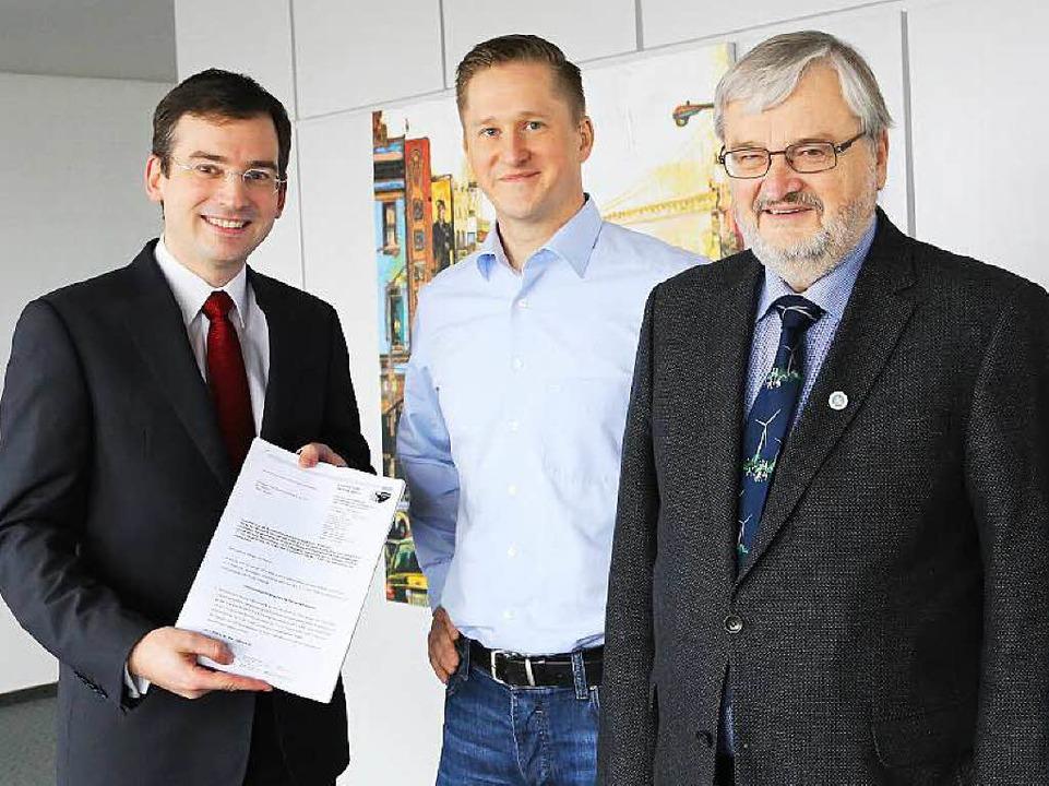 Nikolas Stoermer (links) übergibt den ...ndpark Hornisgrinde GmbH & Co. KG.