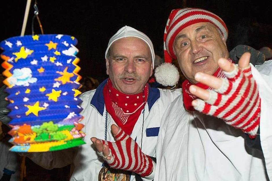 Narrenvater Harald Morath und Ehrennarrenrat Harthuth Frank werben für mehr Laternen am Hemdglunkerumzug in Grafenhausen (Foto: Wilfried Dieckmann)