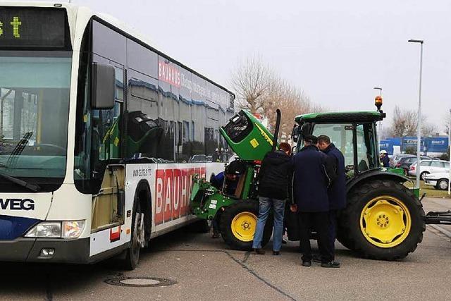 Traktor rammt in Orschweier einen Linienbus
