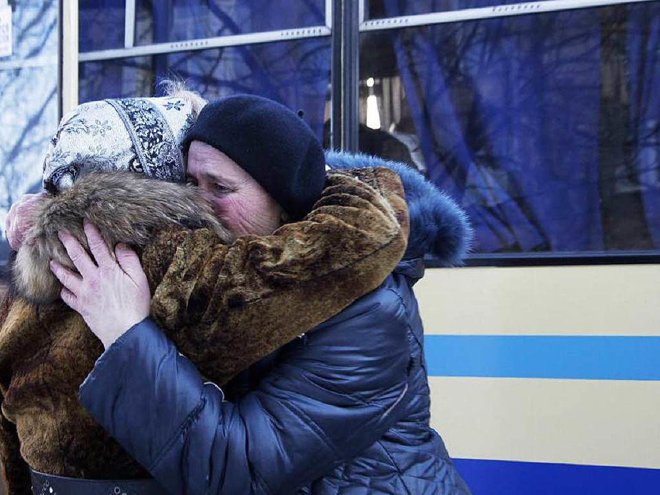 Am Sonntag soll die Waffenruhe kommen,...n  verlassen Donezk Richtung Russland.  | Foto: dpa