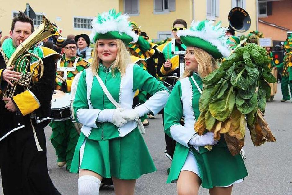 Vorneweg die Gottenheimer Narrenzunft Krutstorze mit den Gardemädels und dem Zunftsymbol, einem Krautstrunk (Foto: Mario Schöneberg)