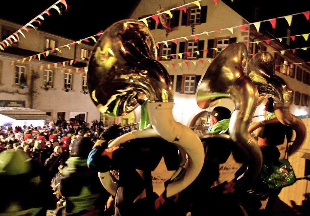 Hoch oben auf dem Rathausplatz agierte...estival schon mal kräftig im Trommeln.  | Foto: Hildegard Siebold