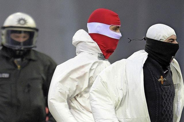 Kölner Hooligans stürmen den Platz