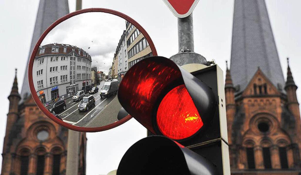 Ein Trixi-Spiegel an der Kreuzung Tal- und Günterstalstraße.  | Foto: Michael Bamberger