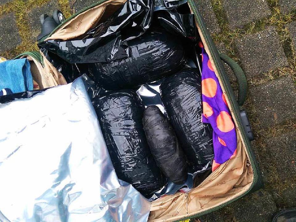 In diesem Koffer befanden sich mehrere...mit insgesamt 3,5 Kilogramm Marihuana.    Foto: Hauptzollamt Lörrach